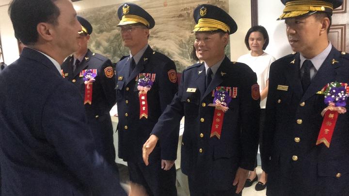 朱立倫與新任蘆洲分局長陳杏結握手致意。記者袁志豪/攝影