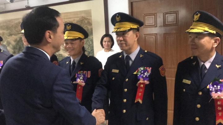 朱立倫與新任樹林分局長林溫柔握手致意。記者袁志豪/攝影