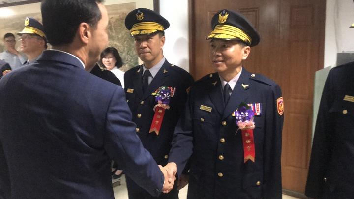 朱立倫與永和分局長謝宗宏握手致意。記者袁志豪/攝影