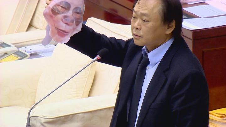 台北市長柯文哲今天到北市議會進行施政報告,市議員王世堅在程序發言時送柯文哲一個素顏的面具,要曾經是政治素人的柯文哲好好看清楚。攝影/記者謝育炘