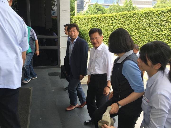 總統蔡英文(右二)參加台中輔選會議,台中市長林佳龍在門口迎接。圖/民進 黨市黨部提供