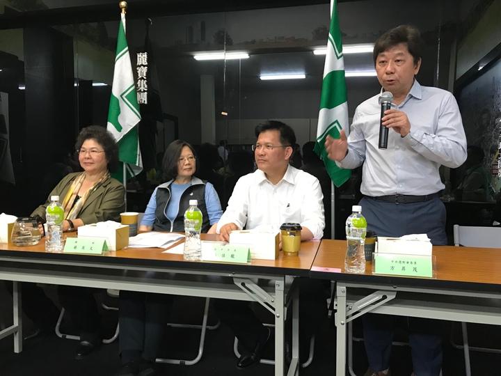 總統府秘書長陳菊(左起)、總統蔡英文、台中市長林佳龍、行政院中部辦公室執行長方昇茂參加輔選會議。圖/民眾提供