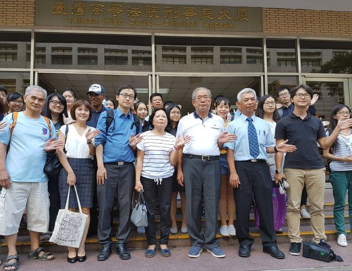 蘇炳坤(前排右3)32年前被控持刀搶銀樓,但種種跡象顯示他是遭冤枉,台灣高等法院開啟再審,檢察官也作無罪論告。高院今定8月8日宣判。記者王宏舜/攝影