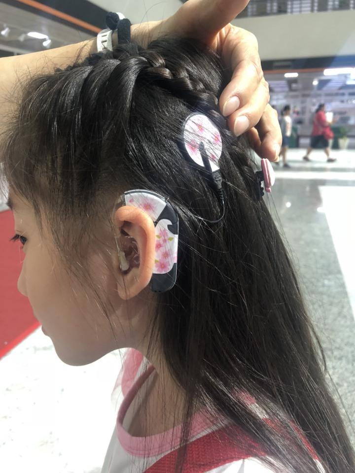 天生聽不見聲音的湘詞,為克服聽障者沒有節奏感的弱點,在母親引導下開始學習鋼琴,她左耳配戴電子耳。記者王慧瑛/攝影