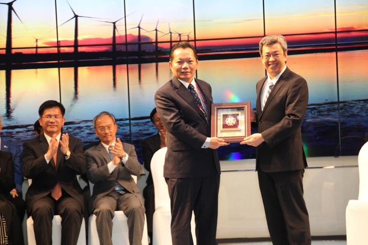 亞洲台灣商會總會長江文洲(右二)頒獎感謝副總統陳建仁(右)對台商的支持。記者黃寅/攝影