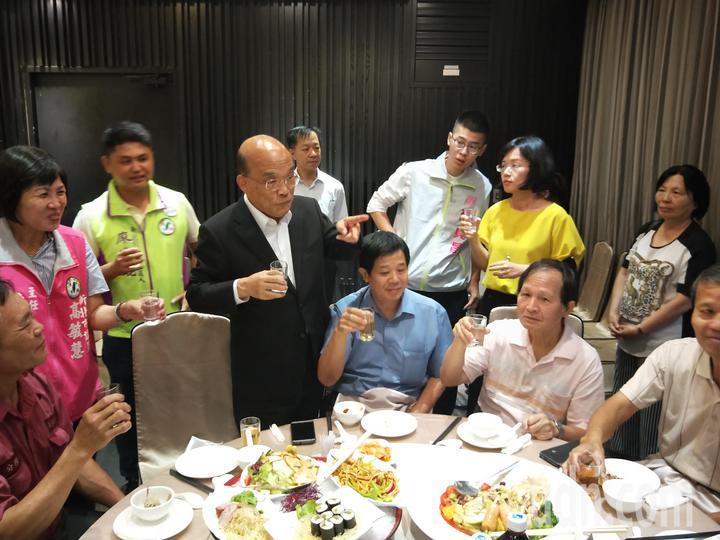 蘇貞昌向眾人表示行政院長比新北市長好當,因為不必選舉。記者施鴻基/攝影