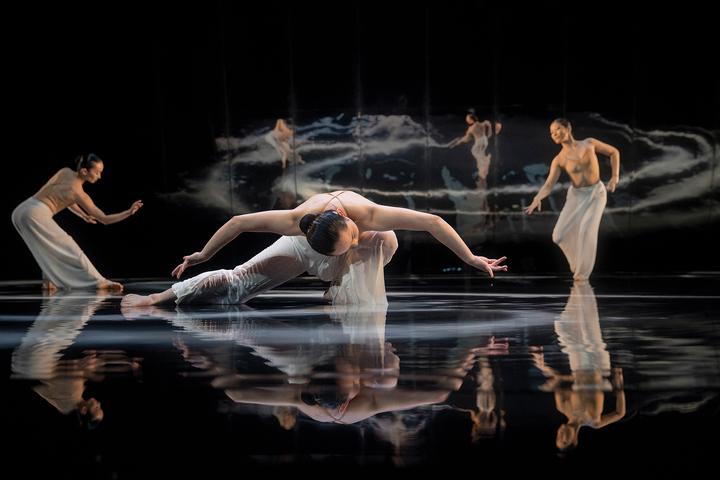 雲門舞集11月將推出「林懷民舞作精選」,演出「水月」等9支作品的經典片段。圖/雲門提供 劉振祥/攝影