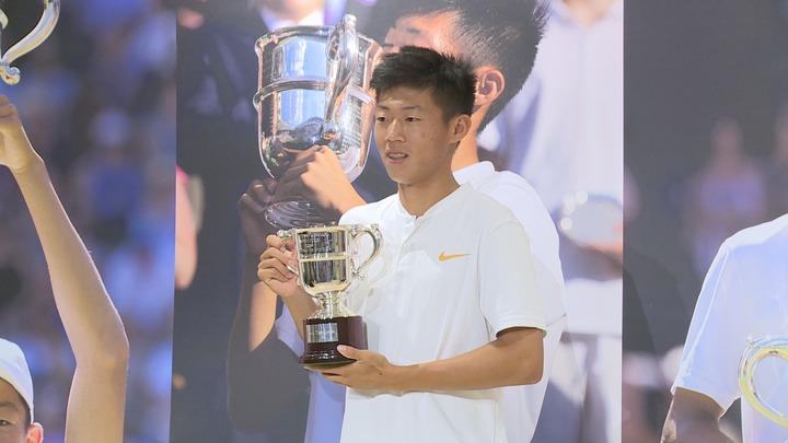 年僅17歲的「夜市球王」曾俊欣拿下溫網冠軍後凱旋歸國。攝影/記者王彥鈞