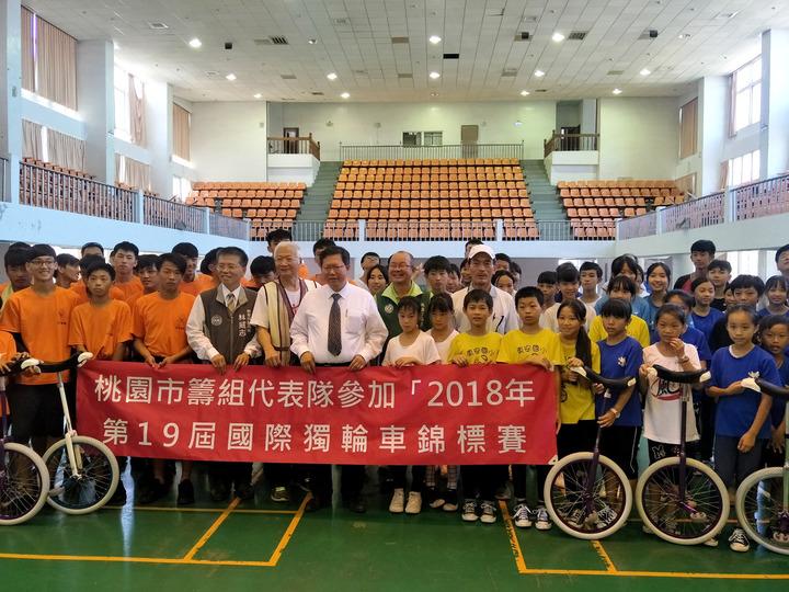 桃園市長鄭文燦(中)勉勵參加2018年世界獨輪車錦標賽桃園選手爭取佳績。記者曾增勳/攝影