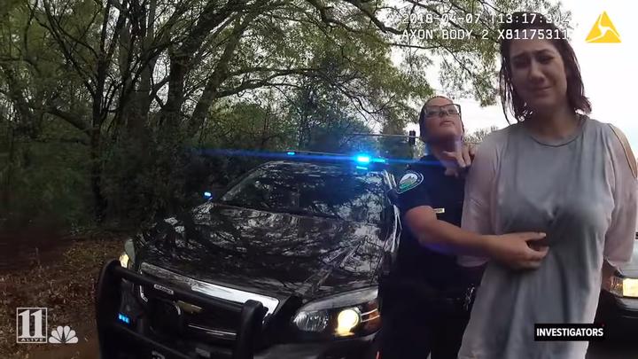 24歲女子韋伯(右)4月時因危險駕駛遭警方逮捕,但她沒想到自己的命運居然由1枚硬幣掌握。 翻攝 YouTube/11Alive