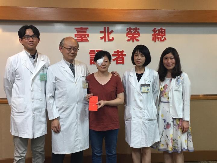 賴女士(中)出席記者會和醫師團隊合照。北榮眼科醫師從左至右分別為游偉光、蔡傑智、黃渝芸及高淑卿。 記者鄧桂芬/攝影