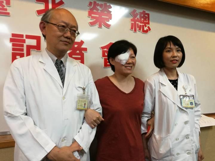 賴女士(中)因罹患眼睛黑色素瘤,摘除右眼保命。她出席記者會和主治醫師蔡傑智(左)及黃渝芸(右)表達感謝之意。 記者鄧桂芬/攝影