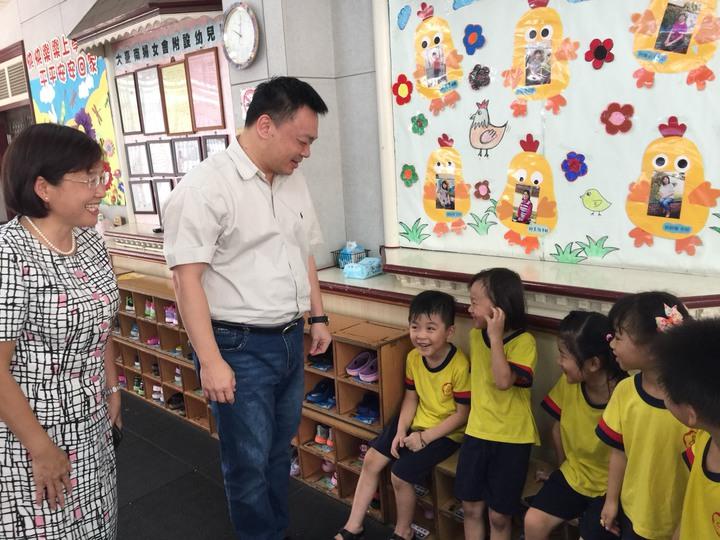 高思博(左二)拜訪大台南婦女會附設幼兒園。記者吳政修/攝影