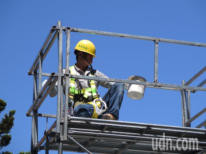 桃園市政府今天舉辦提升高空作業相關從業人員作業安全觀摩會,其中一關演練移動式施工架如何正確搭建。記者張裕珍/攝影