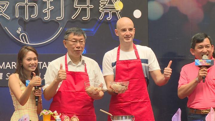 2018臺北夜市打牙祭活動起跑,台北市長柯文哲與藝人吳鳳一起推銷各大夜市美食。攝影/記者謝育炘