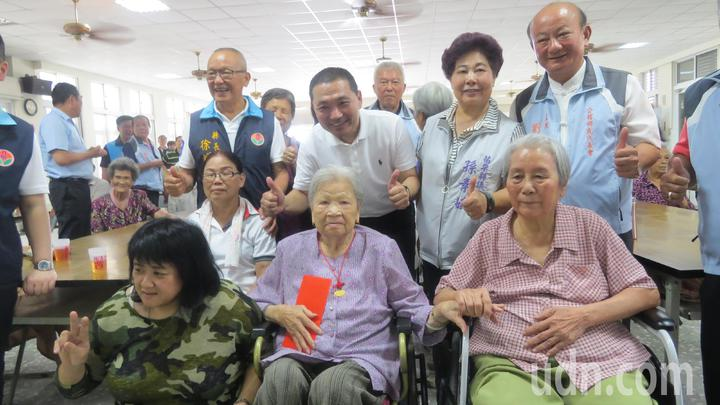 苗栗縣長徐耀昌(後排左一)及新北市長參選人侯友宜(後排左二)今天到仁安社區與老人共餐,並幫壽婆過生日。記者范榮達/攝影