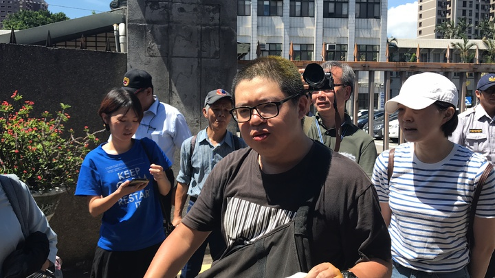 輔大學生會學權部長羅宜參與潑漆行動,今日在開庭前記者會遭到民眾朝頭「噴黃漆」,羅宜表示將要提告。記者許政榆/攝影