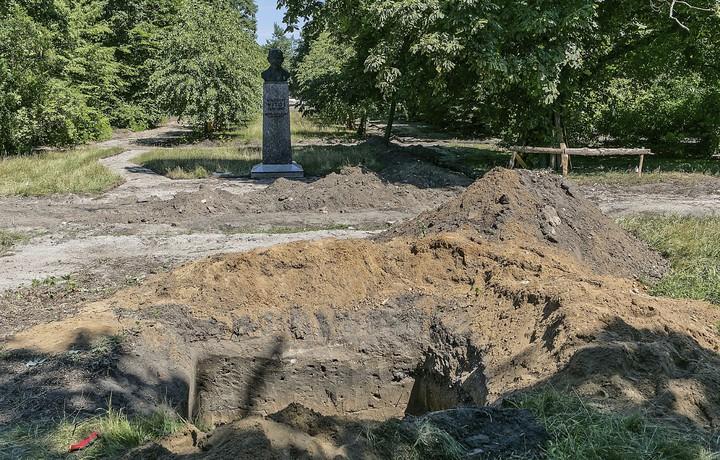 波蘭北部城市比德哥什的兒童樂園預定地,日前挖出約8萬人類骸骨,疑似是17世紀殖民德國新教的墓園;當局在移除墓園後決定,繼續興建兒童樂園。美聯