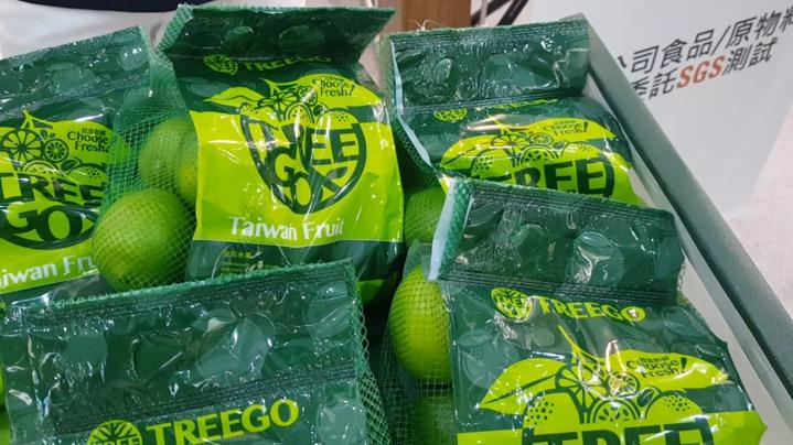 農產品新包裝。國內業者引進國外包裝設備,把百香果、地瓜、檸檬,換新包裝,除了傳統的網袋以外,還結合方便業者提的提袋式,包裝材質符合歐盟標準,這台機器1800萬元,但一台機器,可以抵25個人工,把台灣農產品,推向包裝新的境界。記者彭宣雅/攝影