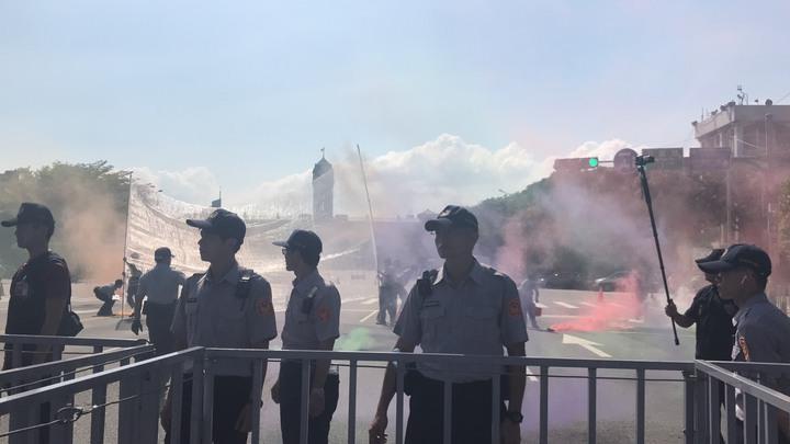 陳抗人士朝總統府丟煙霧罐,警方將依廢棄物清理法送辦。記者蕭雅娟/攝影
