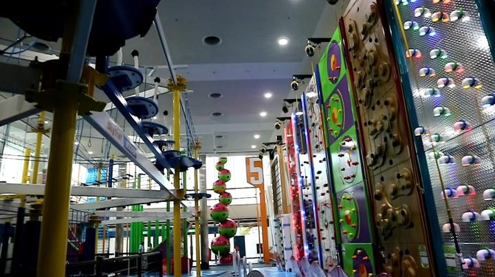 全日本最大規模的複合型室內健身娛樂設施「SPACE ATHLETIC TONDEMI」7月中開幕,有彈跳床遊樂區,還有大人、小孩都能玩的攀岩、滑索等體能考驗區。記者蔡佩芳/攝影