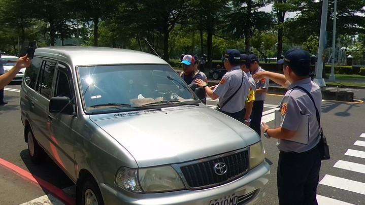 一輛休旅車因路上鳴汽笛,開到國訓中心前的世運大道,被員警攔下盤查。記者林保光/攝影