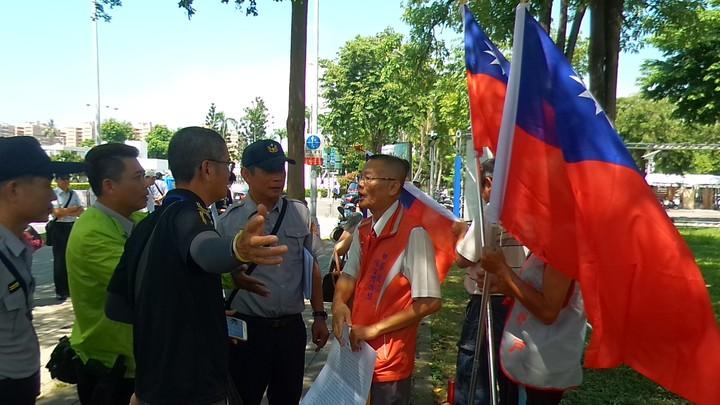 「如影隨形」等反蔡團體今天趁總統蔡英文到國訓中心,聚集國訓中心前抗議,警方正勸他們到意見表達區。記者林保光/攝影