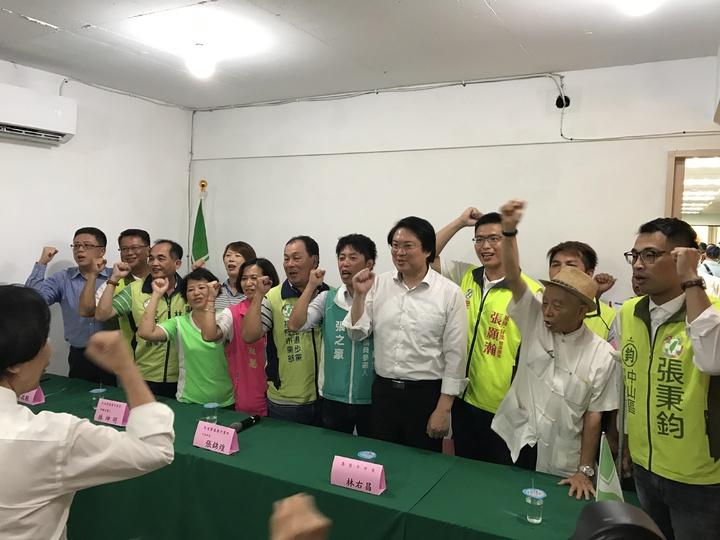 市長林右昌一一介紹站在他背後的9位提名新人,力拼老將新秀15人全壘打。記者吳淑君/攝影