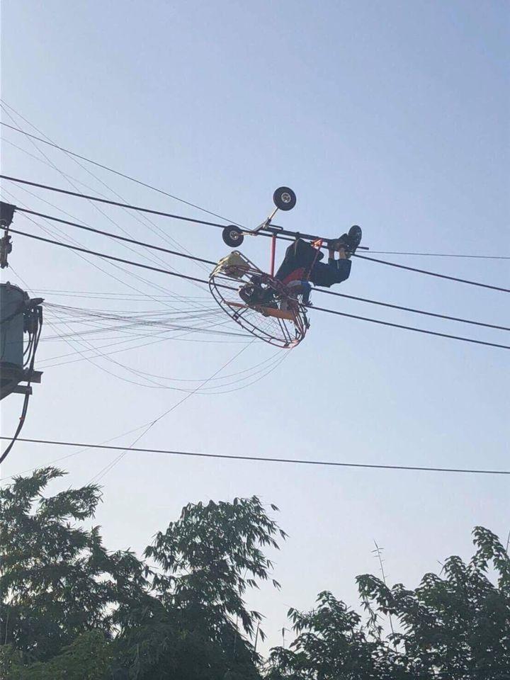 消防局獲報發現,張姓男子連人帶飛行傘,卡在慶光路輸電電纜線上。圖/台中市消防局提供