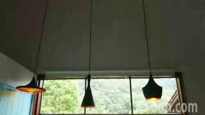 苗栗縣三義鄉舊山線旁一家人氣咖啡店的1盞吊燈(圖左)擺盪,與其他盞大異其趣。記者范榮達/攝影