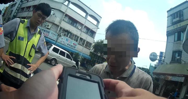 台中警方處理翻車車禍,發現受傷的是通緝犯。記者游振昇/翻攝
