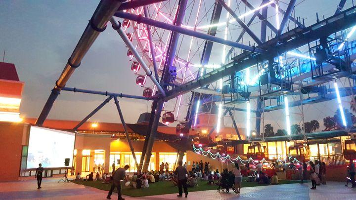麗寶OUTLET MALL推出「摩天輪星光電影院」,8月每周三與8月17日七夕情人節當天,晚上6點30分起,於天空之夢摩天輪下方的夢之城廣場免費播映。圖/麗寶樂園渡假區提供