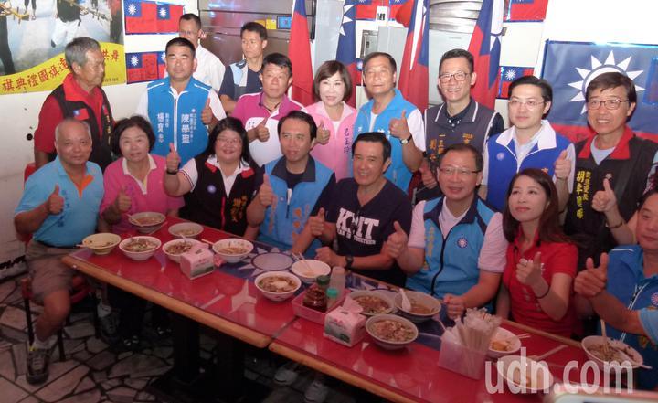 馬英九上午到桃園忠貞市場為國民黨提名的桃園市長、議長、里長參選人助選。記者鄭國樑/攝影