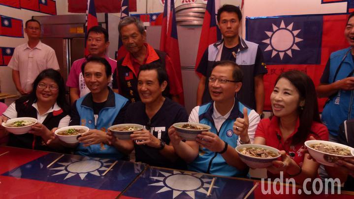 馬英九(左3)、陳學聖(左2)和立委、市議員拜票前先嘗在地美食雲南米干。記者鄭國樑/攝影