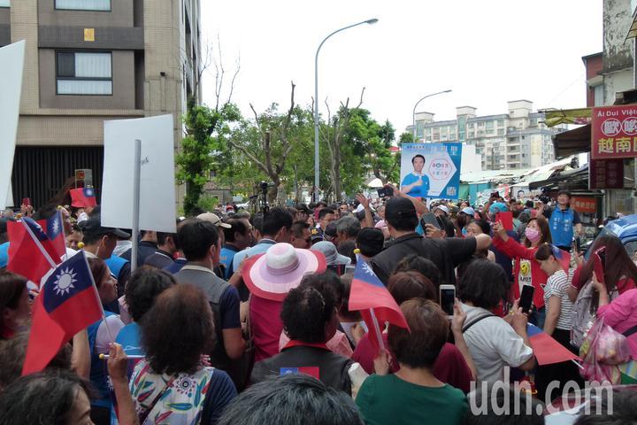 馬英九人氣高,還沒進忠貞市場就被支持圍著拍照、握手。記者鄭國樑/攝影