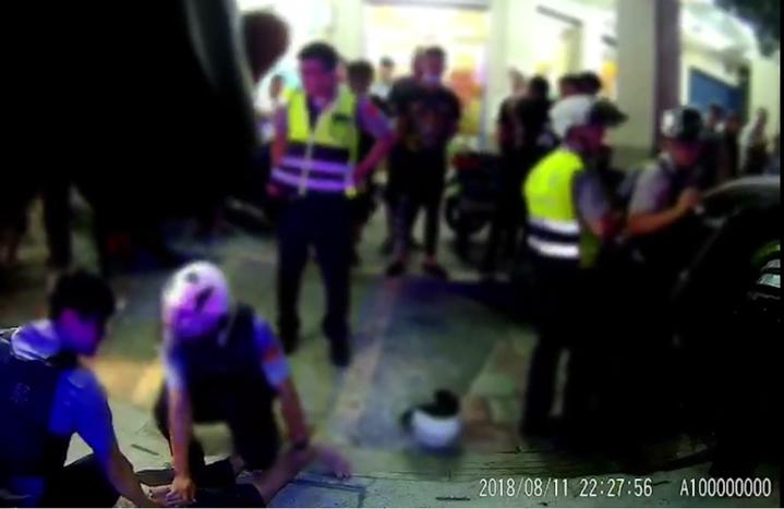施姓嫌犯被拖出車外壓制,員警馬上搜索他的汽車。記者林昭彰/翻攝