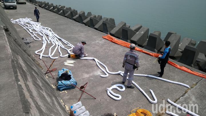 嘉明2號貨輪船艙重油外漏,現場工作人員準備佈置 攔油索。記者卜敏正/攝影