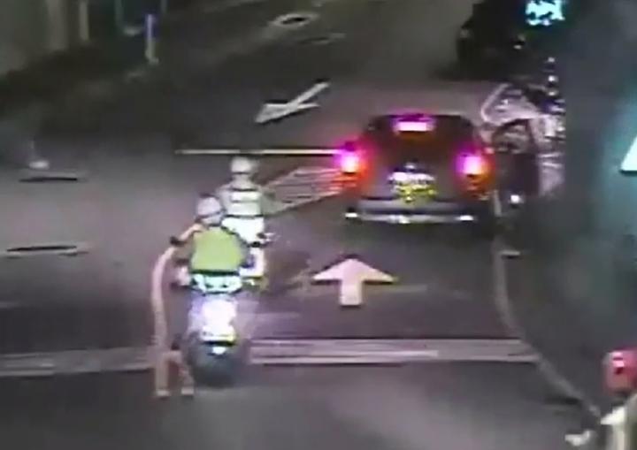 丁姓嫌犯把車直接臨停在車道上接應魏男,被巡邏員警盯上。記者林昭彰/翻攝
