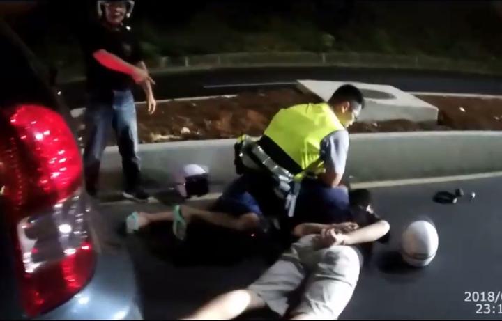 警方連開3槍逮捕開車拒檢,又衝撞警車的毒品通緝犯。記者林昭彰/翻攝