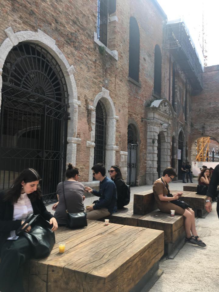 威尼斯建築雙年展的歷史建築「軍火庫」展區,處處都很美。記者何定照/攝影