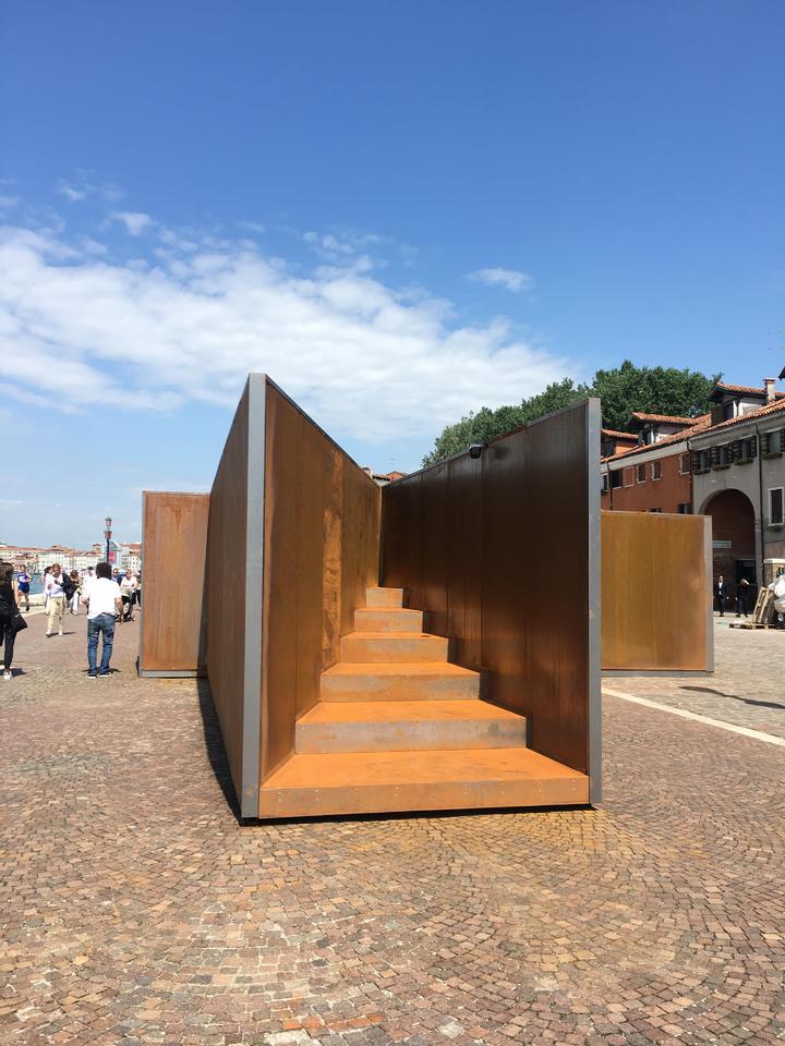 威尼斯建築雙年展期間,走在街上都會有意外的展品。圖為耐候鋼製品,推廣不怕生鏽的鋼產品,富保護環境觀念。記者何定照/攝影