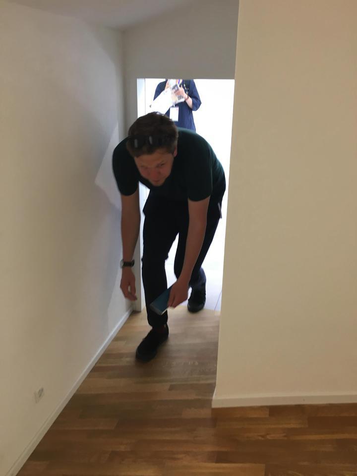 瑞士館《瑞士240:房屋導覽》房門大小尺寸不一,趣味十足。記者何定照/攝影