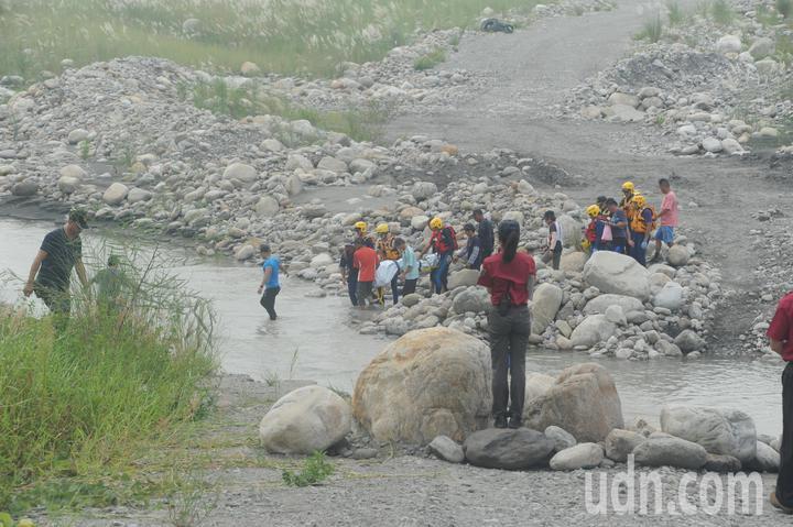 47歲賴姓男子昨晚遭大安溪暴漲溪水沖走,搜救人員今天上午被發現體體。圖/苗栗縣消防局提供