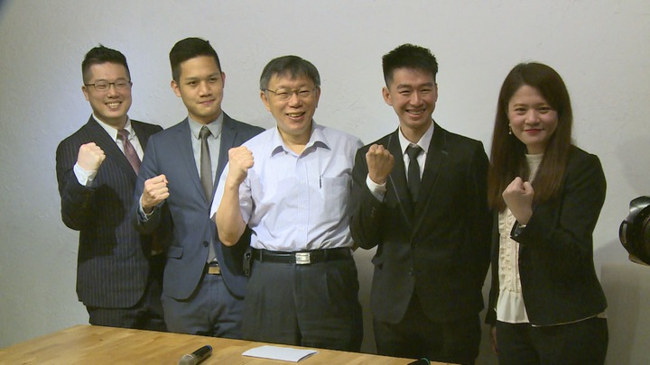 柯文哲競選團隊海選錄取的發言人亮相,蔡峻維和楊笙二人都是25歲,楊笙還是柯文哲台大醫學系的小學弟,記者謝育炘/攝影