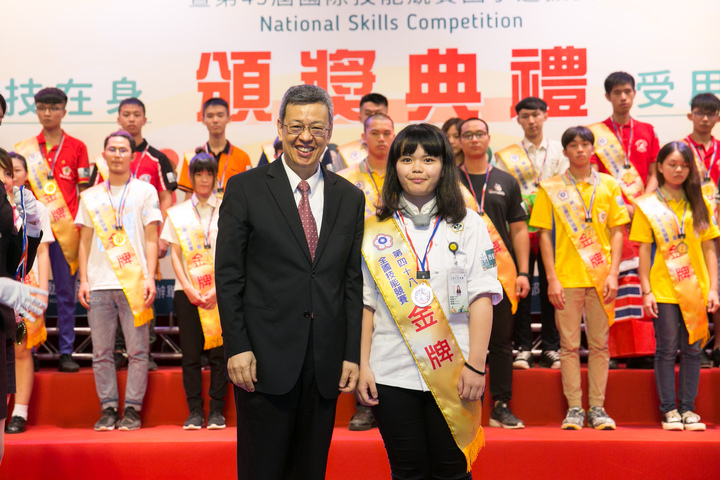 蔡佩芬(右)奪全國西餐烹飪金牌,由副總統陳建仁(左)頒獎。圖/勞動力發展署桃竹苗分署提供