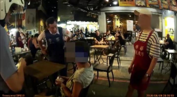 新北市蘇姓男子(中)沒錢吃飯,到處吃霸王餐。圖/警方提供