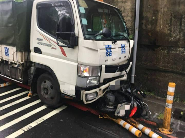 機車騎士連人帶車卡在貨車車頭被推行。記者林昭彰/翻攝