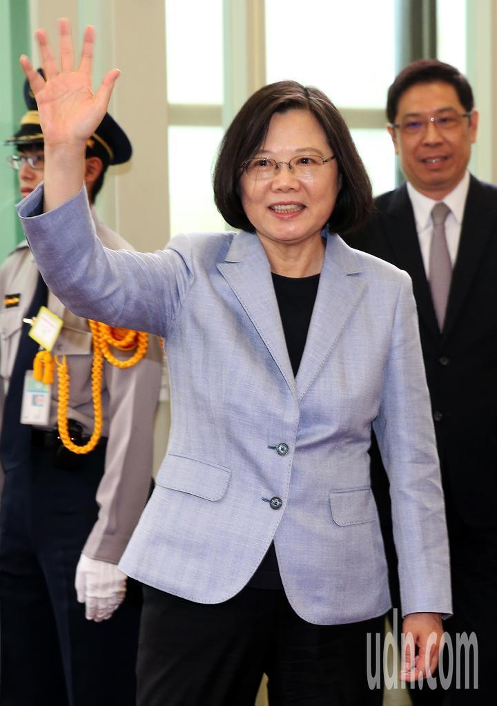 總統蔡英文(如圖)12日下午率團搭乘中華航空公司專機啟程展開「同慶之旅」,登機前向送行人員揮手致意。記者陳嘉寧/攝影