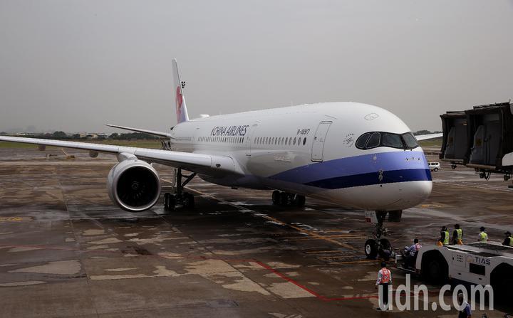 總統蔡英文12日下午率團搭乘中華航空公司專機啟程展開「同慶之旅」,華航調派機隊中最新的1架空中巴士A350型客機執行專機任務。記者陳嘉寧/攝影