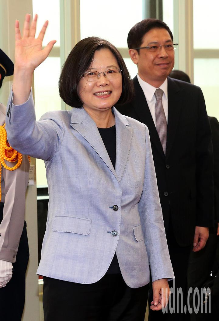 總統蔡英文(左)12日下午率團搭乘中華航空公司專機啟程展開「同慶之旅」,登機前向送行人員揮手致意。記者陳嘉寧/攝影